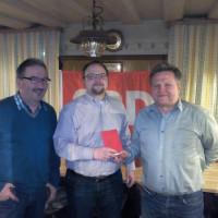 1. Vorsitzender Matthias Hummel und Kassier Manfred Räbel überreichen GR Thomas Hupfer sein Parteibuch